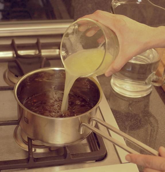 Dejar enfriar, retirar la ramita de romero, agregar el jugo de los limones y el resto del agua.