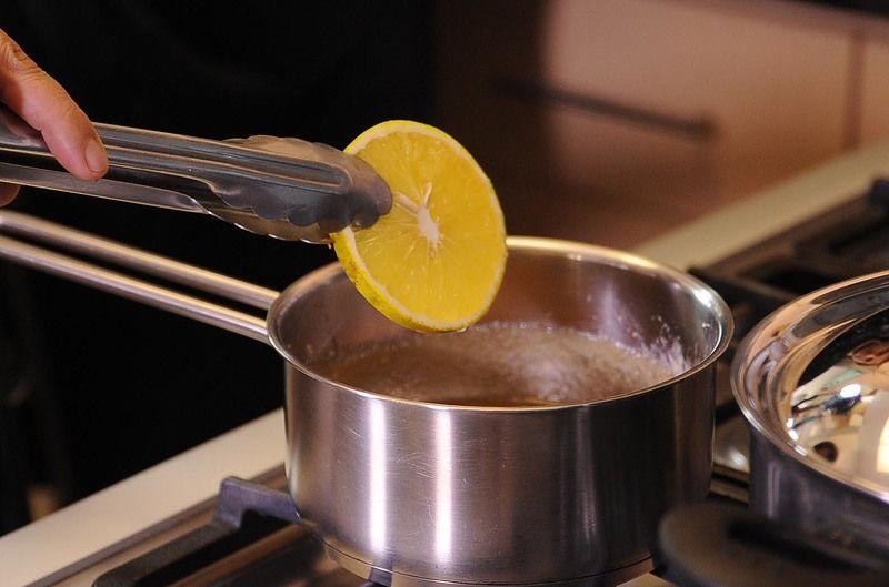 Para preparar las rodajas de naranja, cortar la naranja en rodajas y reservar. Calentar la taza de azúcar y media taza de agua en una olla honda mediana, hasta obtener un caramelo y sumergir las rebanadas de naranja durante 5 minutos. Retirar cada rodaja de naranja caramelizada. Dejar enfriar