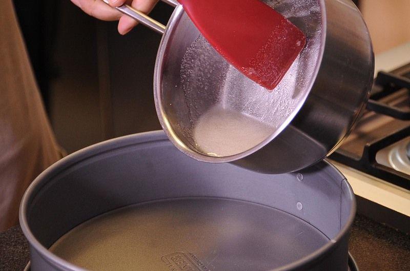 Para preparar el caramelo, poner a calentar el azúcar con las 2 cucharadas de agua moviendo constantemente hasta obtener un caramelo transparente.