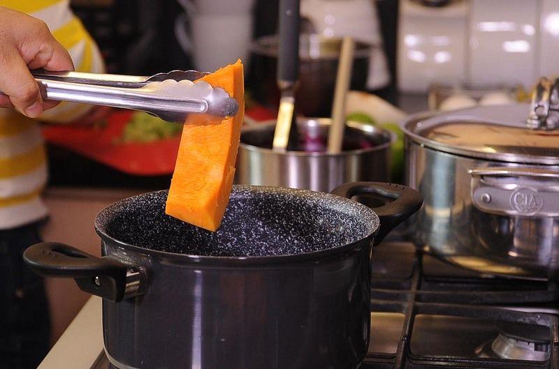 Vaciar en el refractario para horno, hasta cubrir el fondo del molde. Para preparar el pudín, cocer los trozos de calabaza sin piel y sin semilla en una olla honda con un poquito de agua hasta que este suave. Escurrir y reservar.