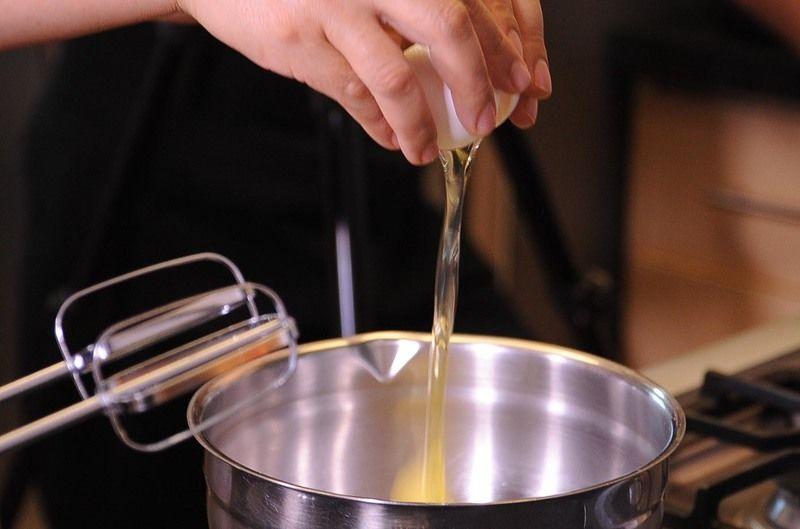 Colocar los huevos en un tazón y batir hasta integrar.