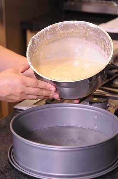Vaciar la mezcla en el refractario donde se vació el caramelo y hornear a 350 ° F (175°C) durante 45 minutos o hasta que al meter un palillo salga limpio.