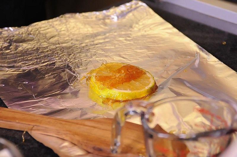Dejar enfriar y desmoldar. Para decorar, colocar sobre el budín las rebanadas de naranja caramelizadas.