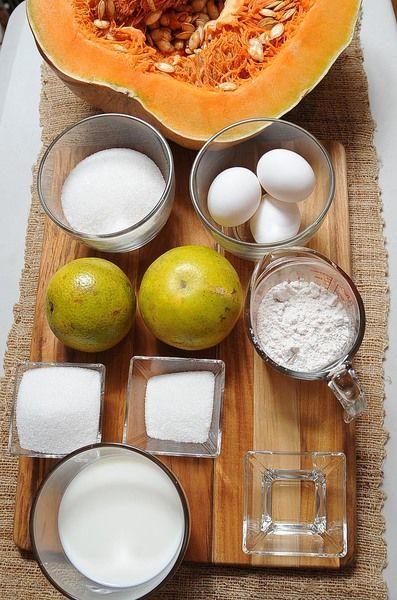 Ingredientes para las rodajas de naranja: 1 pieza de naranja 1 taza de azúcar blanca Ingredientes para el caramelo: 2 cucharadas de agua 6 cucharadas de azúcar blanca Ingredientes para el pudín: 3 cucharadas de azúcar blanca 1 taza de leche de vaca 1 pieza de naranja 1/4 taza de jugo de naranja 3/4 taza de harina de trigo 3 piezas de huevo 500 gramos de calabaza de Castilla
