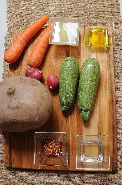 Ingredientes para toda la receta: 1 pieza de jícama 2 piezas de zanahoria 2 piezas de calabacita 2 piezas de rábano Ingredientes para aderezo: 2 cucharadas de aceite de oliva 1/4 taza de jugo de limón 2 cucharadas de vinagre blanco sal al gusto pimienta negra molida al gusto 1 cucharada de chile seco en hojuelas