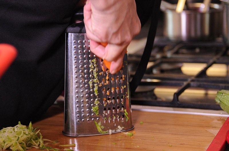 Rallar las calabacitas, rábanos y zanahorias y reservar.