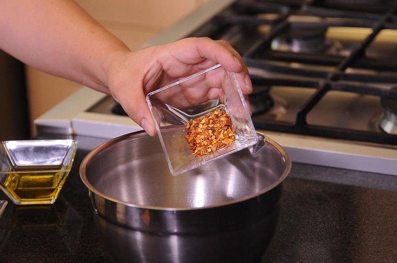 Añadir el chile en hojuelas, vinagre blanco, sal y pimienta. Mezclar todo con la ayuda del globo hasta integrar bien y reservar.
