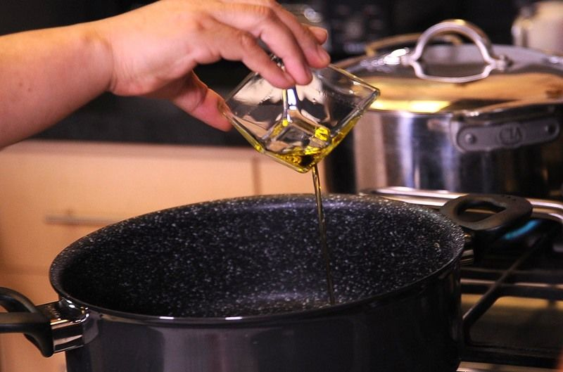Picar el queso mozarella, albahaca, cebolla y los jitomates guaje en cubos pequeños, sin semilla y reservar. Para preparar la salsa, sofreír la cebolla en una olla con las tres cucharadas de aceite de oliva un par de minutos.