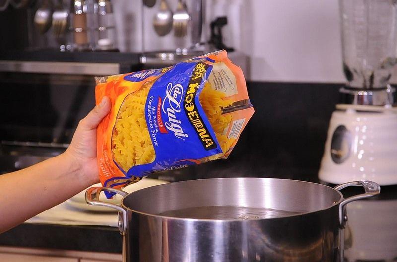 Para cocer la pasta, poner mucha agua a hervir, agregar sal y cuando recupere el hervor añadir la pasta.
