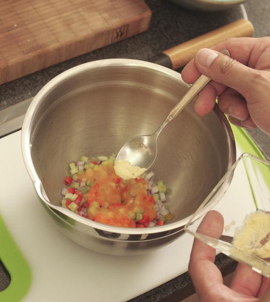 Aparte, en un tazón frío agregar el apio, la cebolla morada y el chile cuaresmeño cortados en cubitos, el ajo molido, el ají amarillo en pasta, el cilantro picado e incorporar todo con una cuchara.