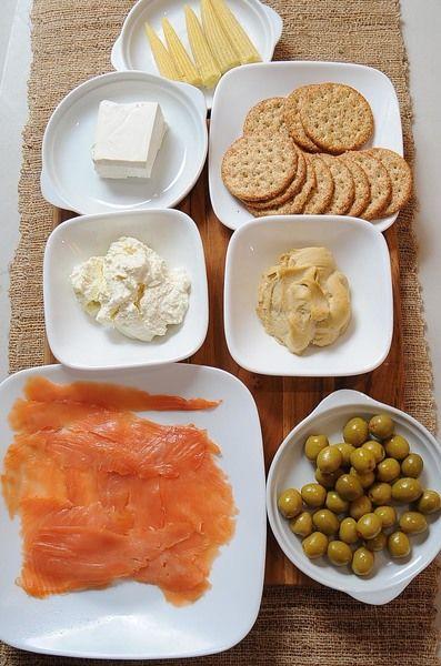 lonchas de salmón al gusto palillos al gusto galletas al gusto 95 gramos de queso crema 1/2 taza de jocoque 1/2 taza de humus 6 piezas de mini elotes 15 piezas de aceituna rellena