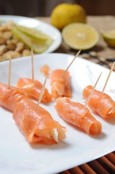 Colocar un palillo para sujetar el rollito y no se habrá. Colocar los rollitos sobre un plato Servir las botanas, acompañadas del humus y jocoque.