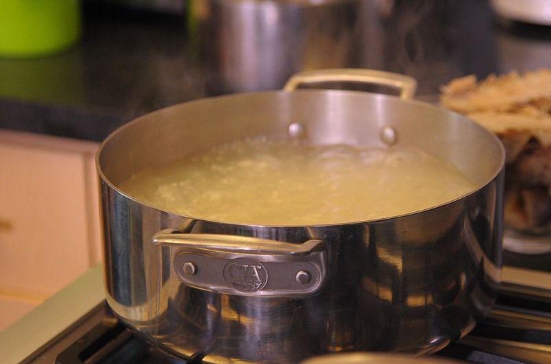 En un litro y medio de caldo de pescado poner a hervir el maíz pozolero pre cocido durante 60 minutos o hasta que los granos revienten.