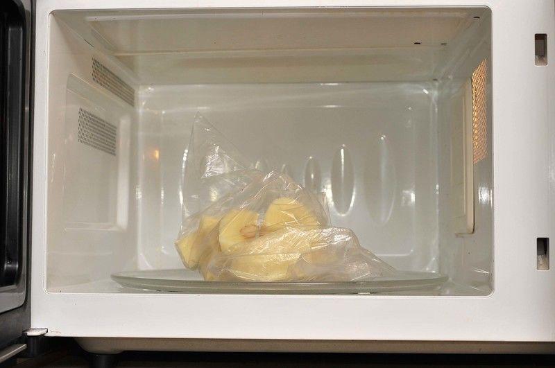 Colocar en una bolsa de plástico cerrada pero no sellada. Poner en el horno de microondas durante 3 minutos a potencia máxima. Esto permite que las papas comiencen a cocerse desde dentro.