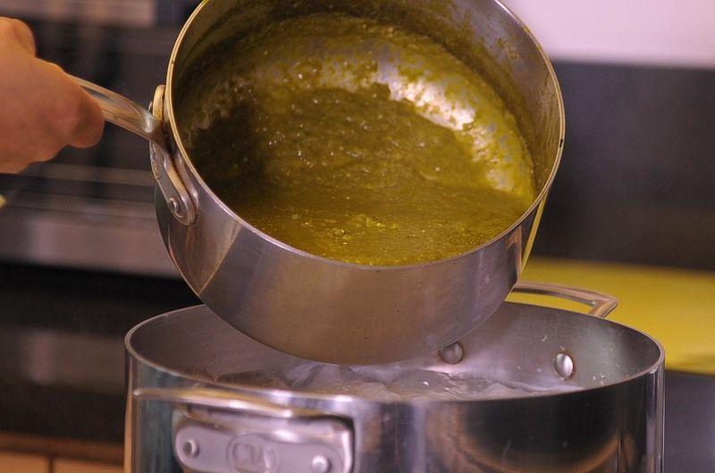 Agregar la salsa verde a los granos de maíz cocidos y dejar cocer 10 minutos más.