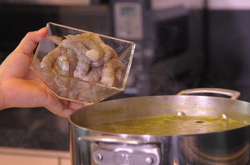 Agregar los camarones pelados.