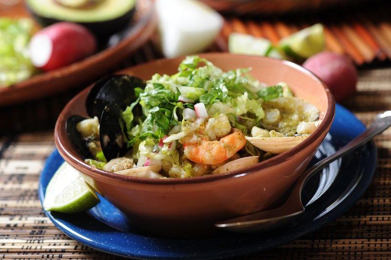 Servir adornado con rábano, lechuga, aguacate picado y unas gotitas de limón y tostadas.