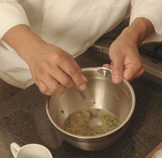 En un recipiente frío poner el diente de ajo molido, el cilantro picado, la cebolla morada picada, el chile, el jugo de limón, el jugo de maracuyá, la sal y el apio picado. Mover con una cuchara, probar la sal y colar.