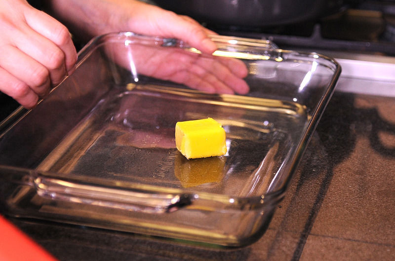 Engrasar con mucha mantequilla dos refractarios de 20x30 cm.