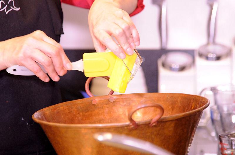 Colocar el azúcar, agua, mantequilla y miel de maíz en un cazo de cobre o en una olla honda de metal grueso.