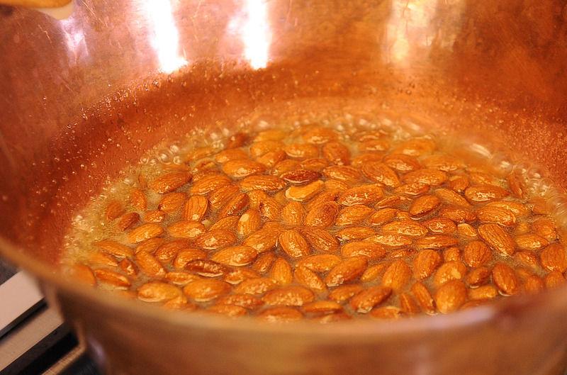 Vaciar el caramelo y si ya está crocante retirar la olla del fuego.