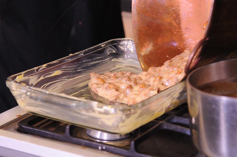 Vaciar la mezcla dentro de los refractarios engrasados y esparcir con la pala al grosor deseado.