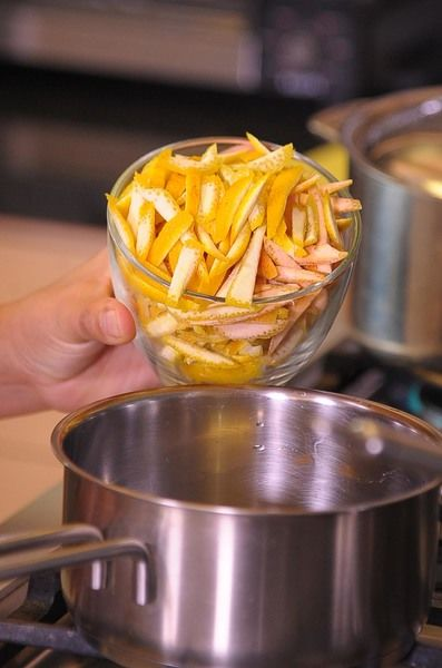 poner el la olla y cubrir con agua, a fuego alto hervir por 5 minutos. Escurrir, con agua fresca volver a hervir por 5 minutos más. Escurrir.