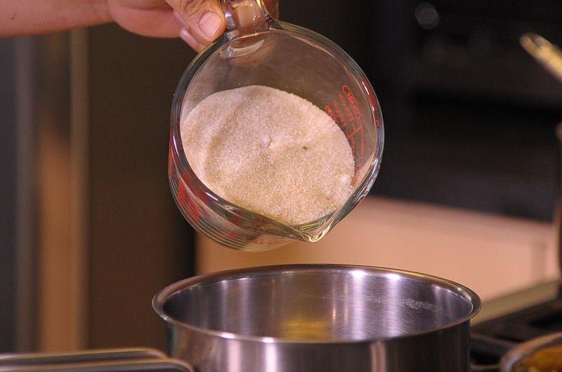 En otra olla combinar azúcar, miel y 1 1/2 taza de agua cocer por 3 minutos a fuego alto hasta que el azúcar se disuelva, agregar las cáscaras y cocinar por 25 minutos hasta que la mayoría de la miel se haya absorbido, meneando constantemente, sacar del fuego.