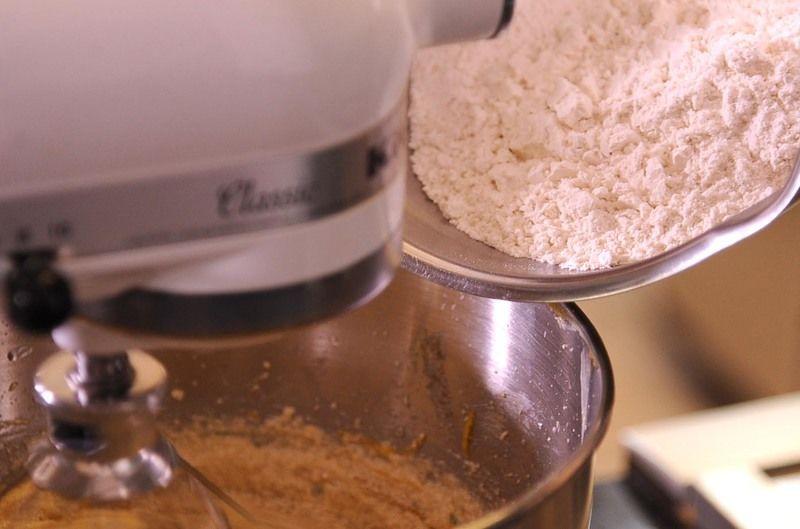 En otro tazón revolver la harina, la sal y el polvo para hornear y agregarlo poco a poco a la masa. Agregar las nueces y los frutos secos.