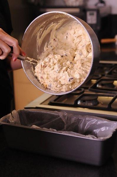 Vaciar la masa en el molde y hornear por 1 hora. Bajar la temperatura a 300F (xxxC) y continuar horneando por 11/2 hora más.