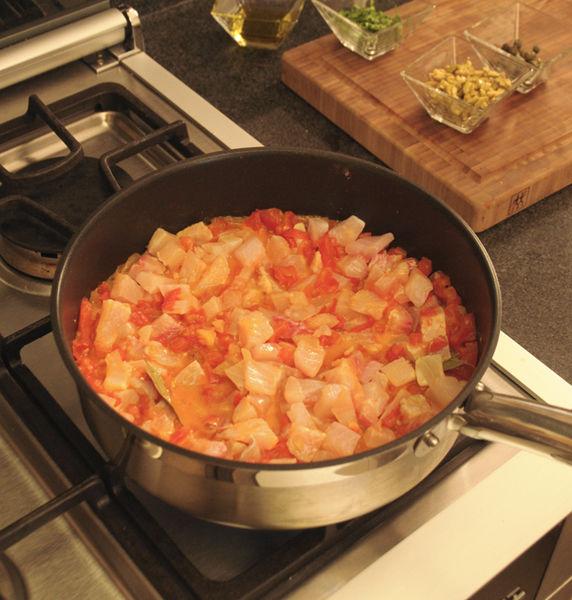Cortar los filetes de pescado en cubos pequeños, agregarlos a la salsa junto con el laurel. Mezclar bien y cocer cinco minutos.