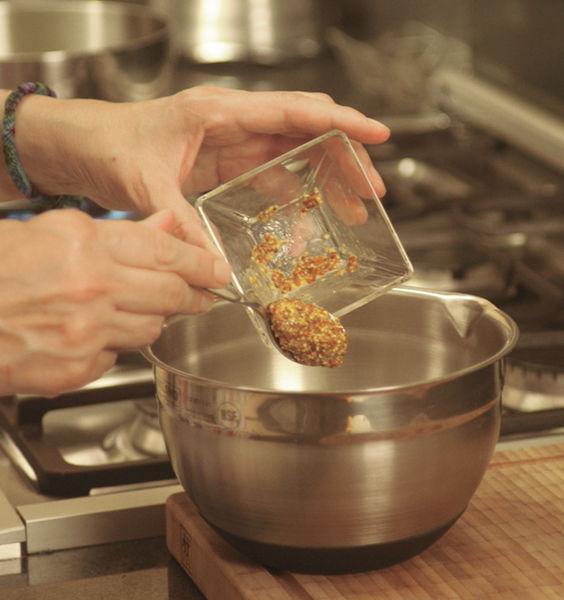 En un tazón, batir bien el aceite de oliva con el vinagre, la mostaza de Dijón, la sal y la pimienta utilizando un globo o un tenedor hasta que la mezcla esté homogénea.