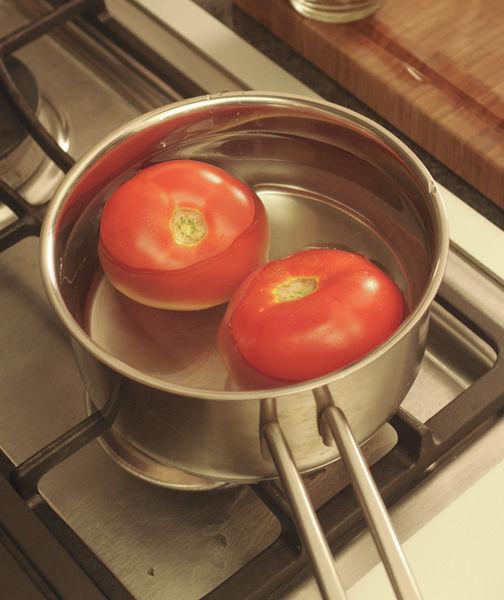 Poner los jitomate en agua hirviendo un par de minutos hasta que se les despegue la cáscara. Pelar, retirar las semillas y cortar en cubos pequeños.