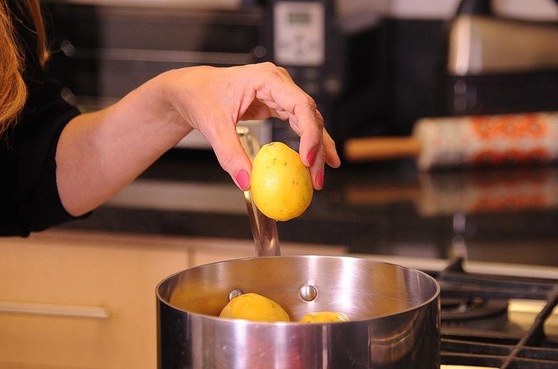En una olla tapar las guayabas con agua y hervir a fuego medio de 10 a 15 minutos.