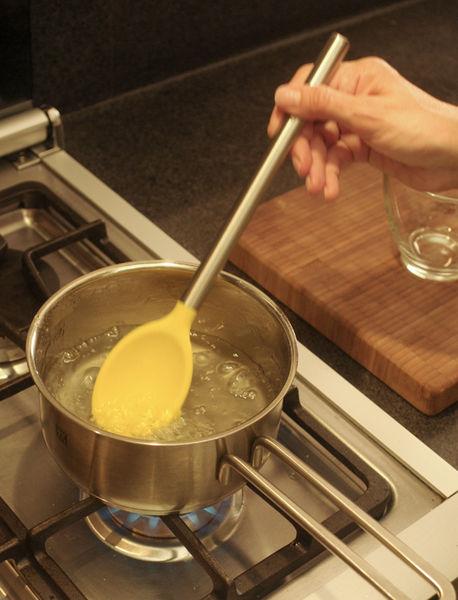 Mover continuamente con una cuchara de madera hasta que la mezcla alcance el punto de ebullición. Dejar hervir durante 20 minutos hasta que espese y retirar del fuego, dejar enfriar y refrigerar.