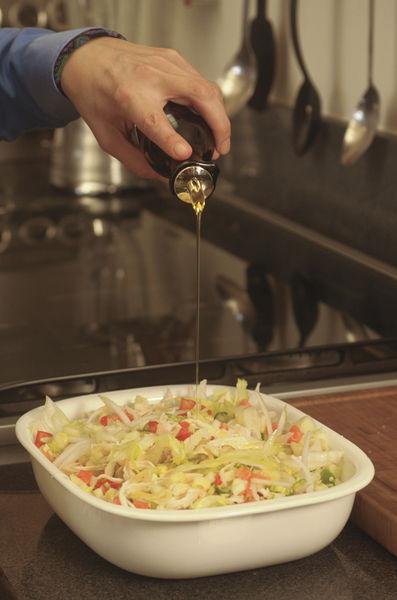 Mezclar todo en un tazón y revolver bien con una cuchara de madera. Sazonar con sal y agregar aceite de oliva, al gusto.