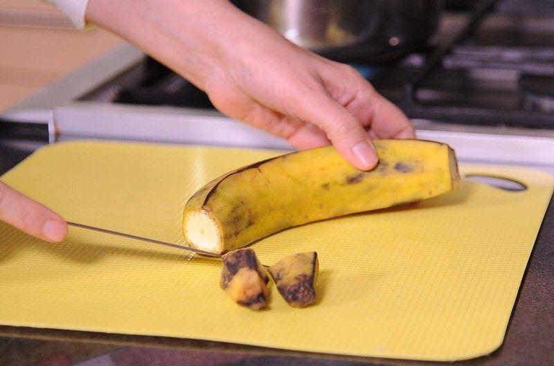 Cortar las puntas de los plátanos.
