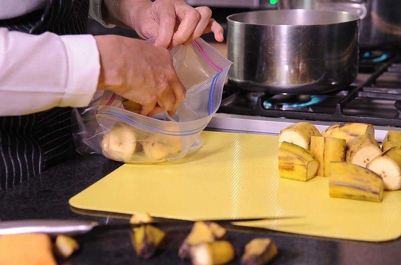 Colocar dentro de una bolsa de plástico los trozos de plátano y hornear a máxima potencia en el microondas durante unos minutos.