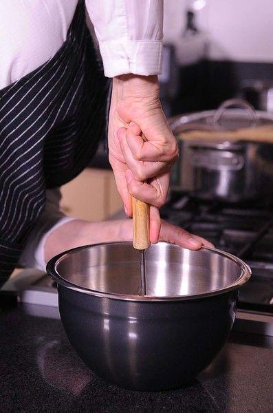 Colocar en un tazón el plátano y machacar con el machacador de papa hasta obtener un puré y reservar.
