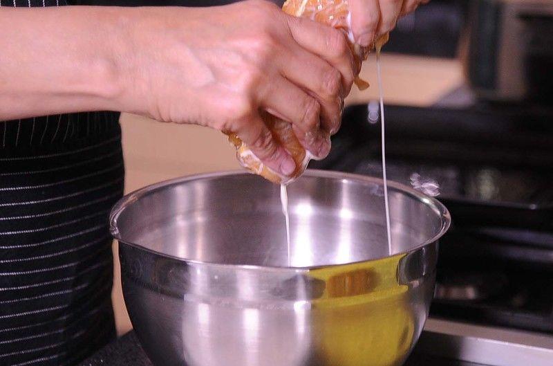 Batir ligeramente los huevos en un tazón utilizando un batidor de globo y agregar la leche y mezclar de nuevo.