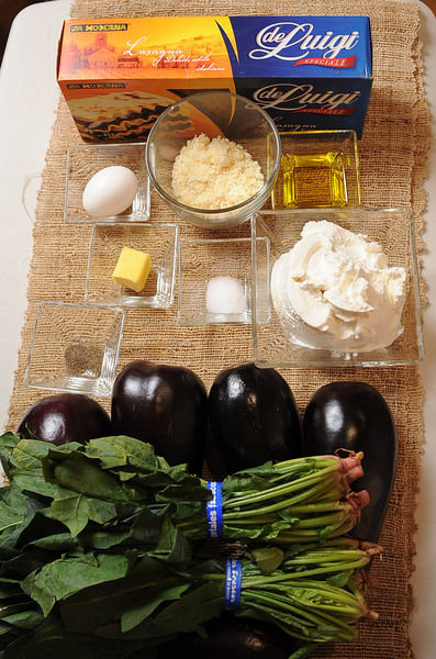 Ingredientes para Lasaña sal al gusto 1 trozo de mantequilla 200 gramos de lasaña de luigi Ingredientes para Relleno pimienta negra molida al gusto sal al gusto 1/2 taza de queso parmesano rallado 1 pieza de huevo 450 gramos de queso ricotta 2 manojos de espinaca Help 1 diente de ajo 5 piezas de berenjena 3 cucharadas de aceite de oliva