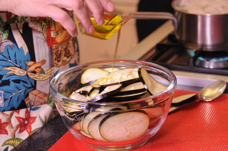 Mezclar en un tazón con el aceite de oliva, el ajo picado y sazonar con sal y pimienta.
