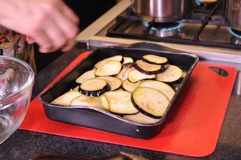 Colocar las berenjenas en una charola para horno y hornear durante 15 minutos o hasta que estén tiernas.