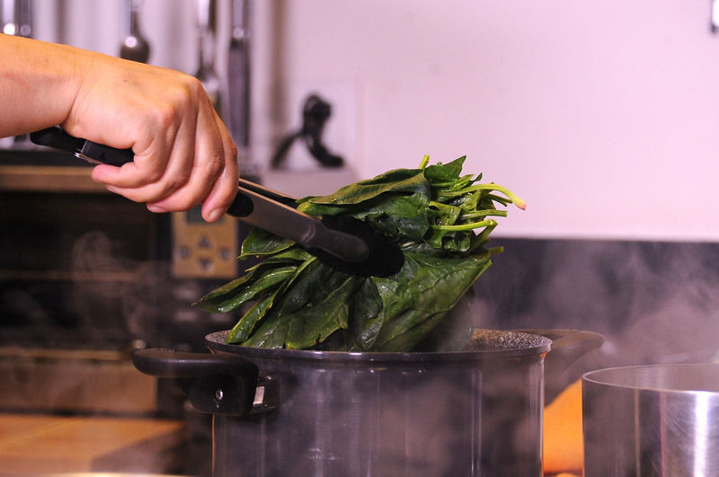 Poner agua a hervir, sumergir las espinacas ya sin tallo durante 1 minuto.