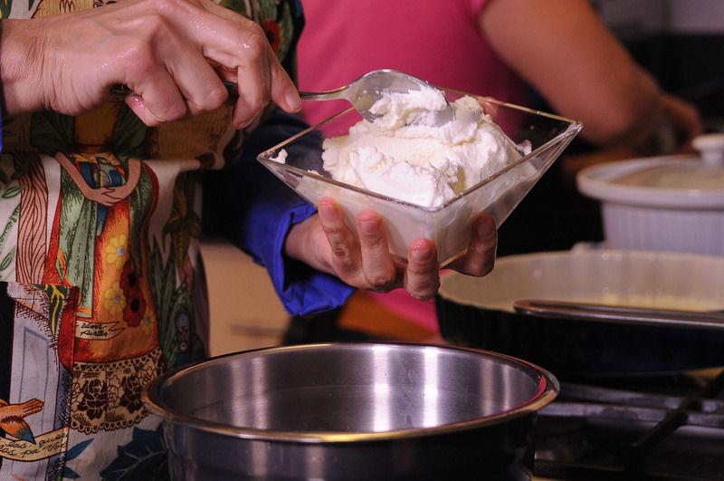 Mezclar en un tazón con el queso ricota, la yema de huevo y ¼ de taza de queso parmesano.
