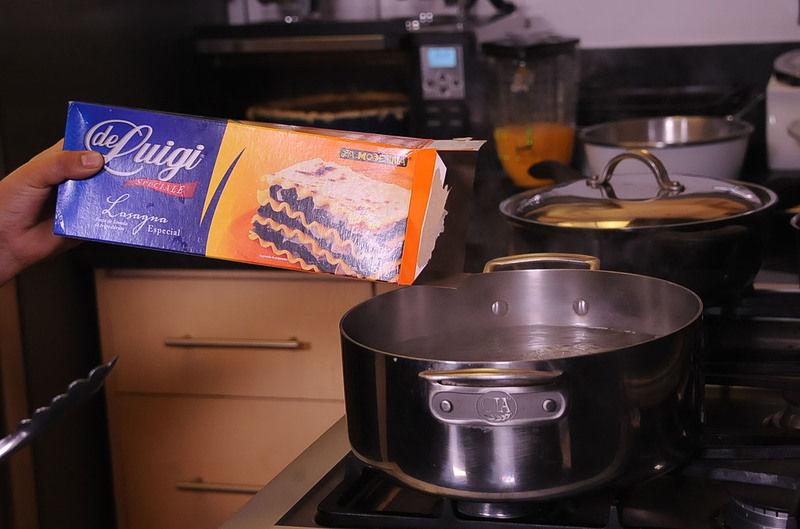 Para cocer la pasta, poner suficiente agua a hervir.