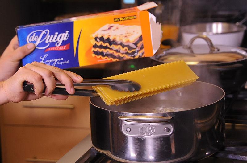 Agregar sal, añadir la lasaña y dejar cocer a fuego alto durante 10 minutos o hasta que esté cocida pero un poco firme.
