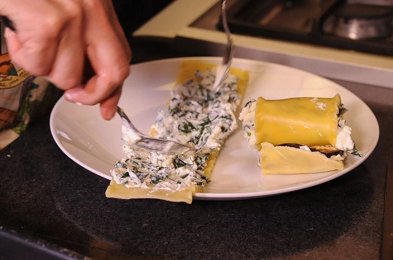 Formar rollitos con cada trozo de lasaña. colocar sobre la charola. Espolvorear con queso parmesano.