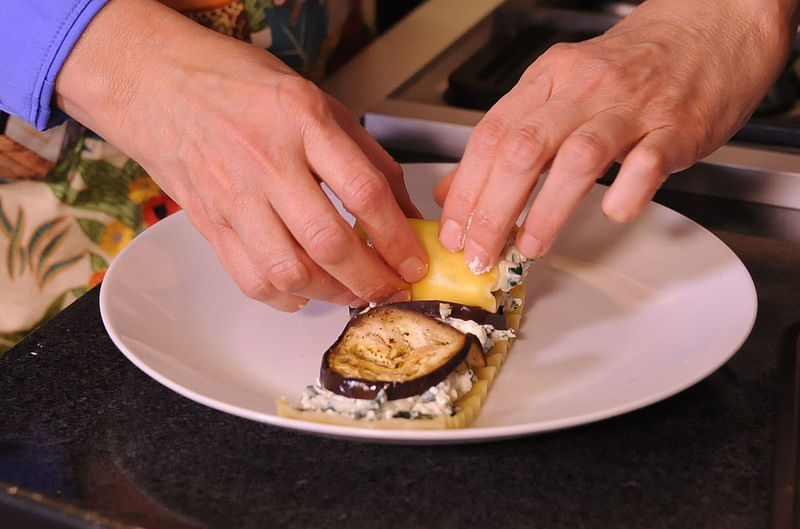 Sacar con cuidado cada lámina de lasaña, rellenar con la mezcla ricota y rodajas de berenjena.