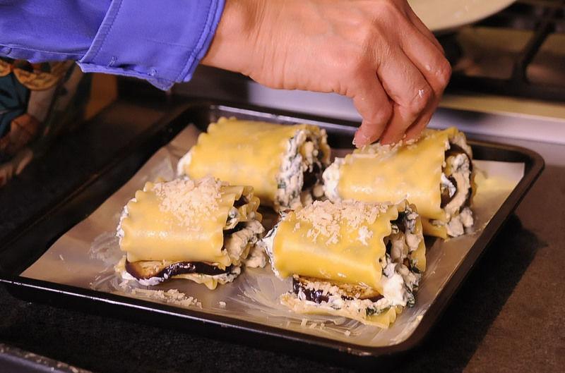 Espolvorer con queso parmesano y hornear a 350°F (175°C) durante 20 minutos o hasta que se vea dorada.